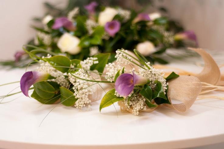Boda - Lazos para las puertas del coche - Decoración coche de la novia - calas moradas y rosas blancas - www.quedeflores.com