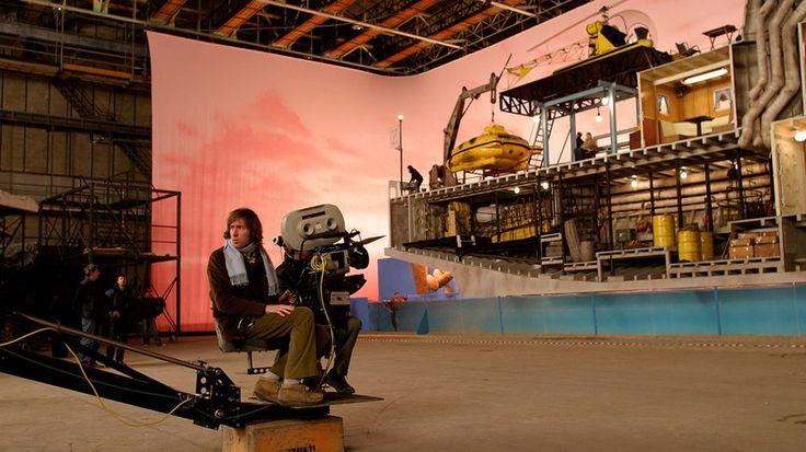 Уэс Андерсон и та самая модель корабля на съемках фильма «Водная жизнь» (2004)