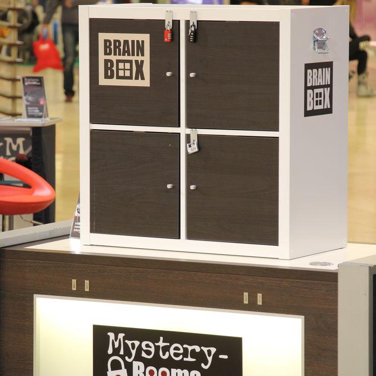 Mobiler Rätselspaß für Events   Die BrainBox ist eine mobile Rätsel-Station, die eine Challenge ermöglicht: Entweder als Team gegen die Zeit oder zwei Teams gegeneinander. Dabei müssen verschiedene Hinweise gefunden, kombiniert und entschlüsselt werden. Die Spieler erarbeiten sich den Weg über mehrere Schlösser und Türen bis zum finalen Rätsel, dass einen