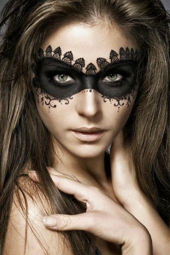 Combina tu maquillaje negro con un poco de encaje.
