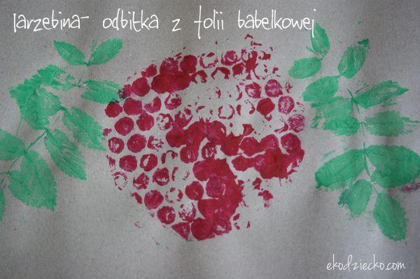 Jarzębina praca plastyczna dla dzieci na jesień - odbitka z folii bąbelkowej i liści jarzębiny.