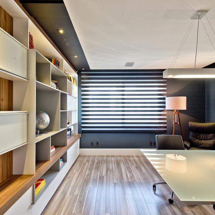 Home Office Com Persiana Preta De Espaço Do Traço Arquitetura