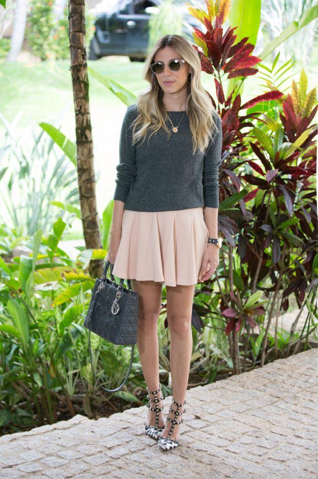 Nati Vozza combina cinza e rosa clarinho em look fofo e feminino!