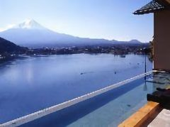 富士山を一望できる絶景露天風呂が自慢の宿風のテラスKUKUNAは一度は利用したい宿です 最上階の階にある露天風呂では富士山を眺めながら贅沢な時間を過ごしてください 食事はバイキング形式こころゆくまで楽しめますよ tags[山梨県]