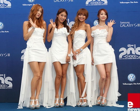 The SISTAR members become bronzed brides for Mnet's 20's Choice Awards