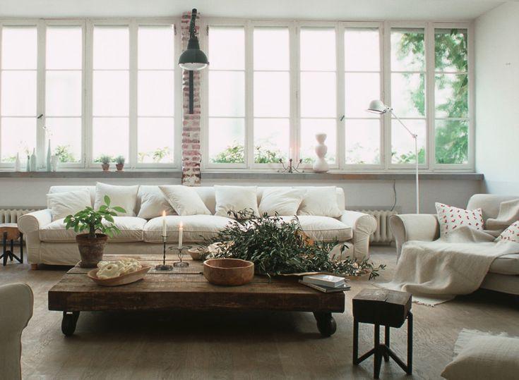 Современный стиль кантри — это стиль загородного дома с элементами городской квартиры, помноженный на современные тренды и тенденции. Он все так же гармоничен, в отделке используются натуральные материалы — хлопок, лен, сизаль, ротанг и т.п. — здесь все так же предпочтение отдается простоте, роскошь уступает место удобству и комфорту