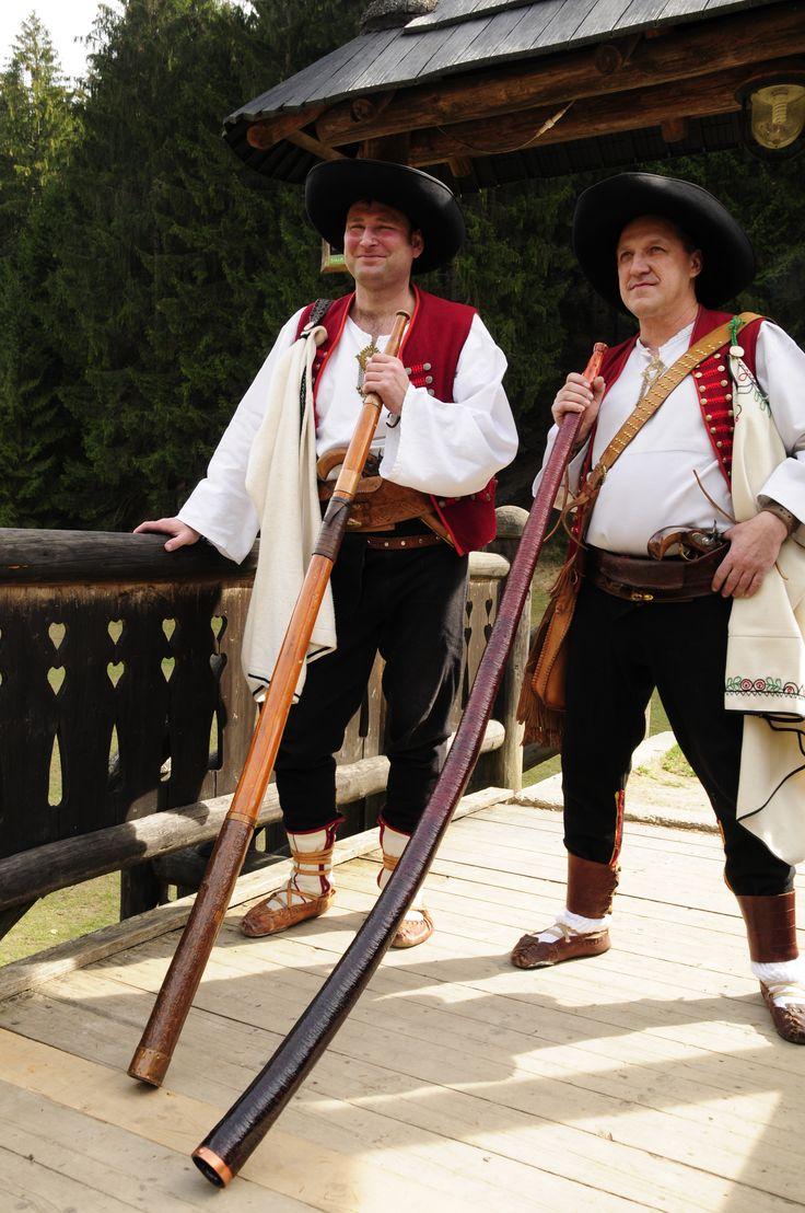 Výrobcovia trombít a pastierskych rohov - Pavol Novosád a Ján Štefánik