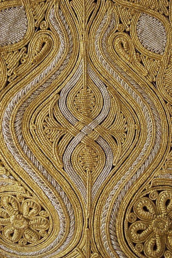 Вышивка — один из самых любимых и распространенных видов рукоделия. В старину практически все женщины владели этим искусством. С помощью иглы и различных нитей рукодельницы превращали простую ткань в ...