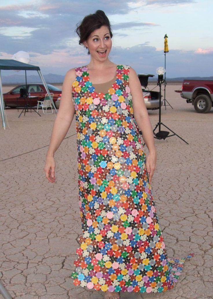 Оригинальное платье из фишек казино