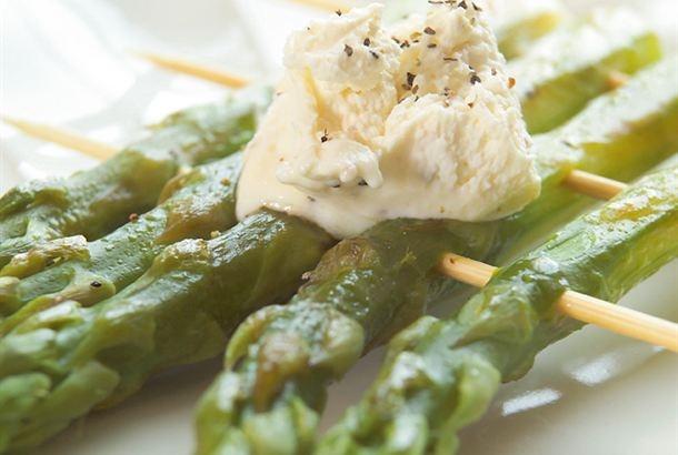 Grillattu parsa & vaahdotettu Viola / Grilled parsa http://www.valio.fi/reseptit/grillattu-parsa-vaahdotettu-viola/   Keväinen alkuruoka on grillattua parsaa vaahdotetun tuorejuuston kera.
