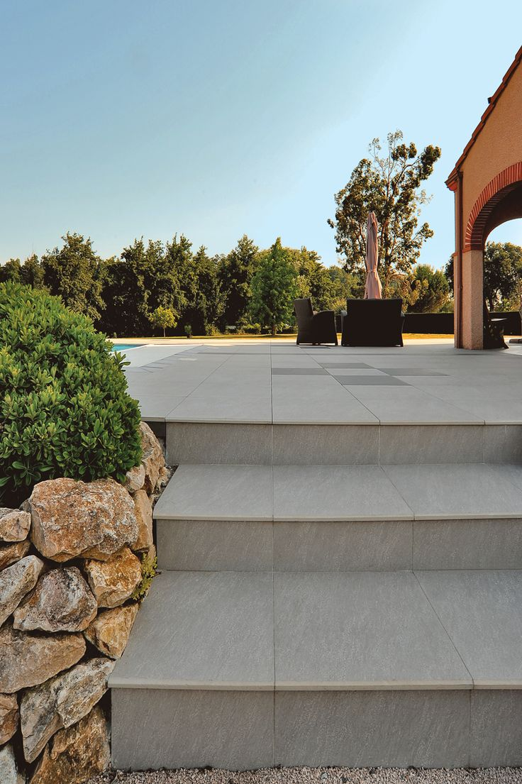 Archiclub - Terrasse et nez de marche Gris - Carrelage Samsara - http://www.novoceram.fr/blog/realisations/villa-privee-salles-sur-garonne #Terrasse #Carrelage #escalier #extérieur #outdoor