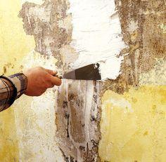 Rebouchage des fissures à l'enduit : Il ne faut pas s'imaginer que le papier peint que vous allez poser, va masquer toutes les irrégularités de son support, ...