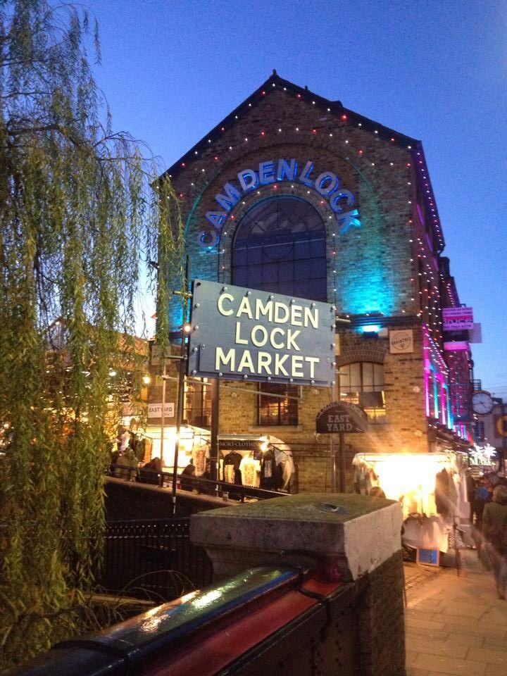 Desde el puente sobre Regent´s Canal, el Camden Lock Market, seguramente el lugar de Londres mas atestado de gente los domingos.