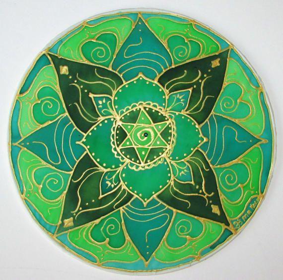 DeHartchakra mandala is geschilderd in Groenen en beschreven in goud. Groen is de kleur van genezing, groei en leven vanuit het hart. Het midden van de bloem heeft een 6 puntige ster met 2 gelijke driehoeken symboliseert betalingsbalans (links hersenen) mannelijk en vrouwelijk (rechts hersenen) en de fysieke werkelijkheid met het geestelijke. Het heeft een klein groen swarovski kristal in het midden van de spiraal. Deze mandala is hand geschilderd op een 10 zijde hoepel met zijde verven en…