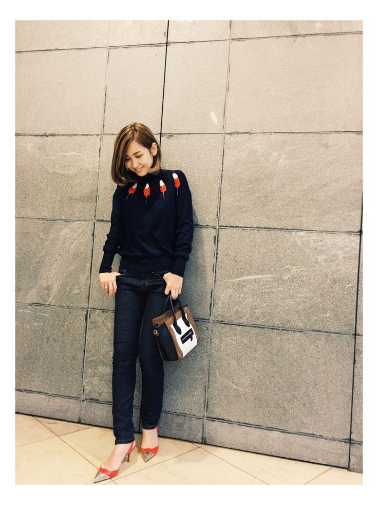CHANELのニット・セーターを使った紗栄子(サエコ)さんのコーディネートです。│午後の私。子供達の送り迎えにはパンツス...
