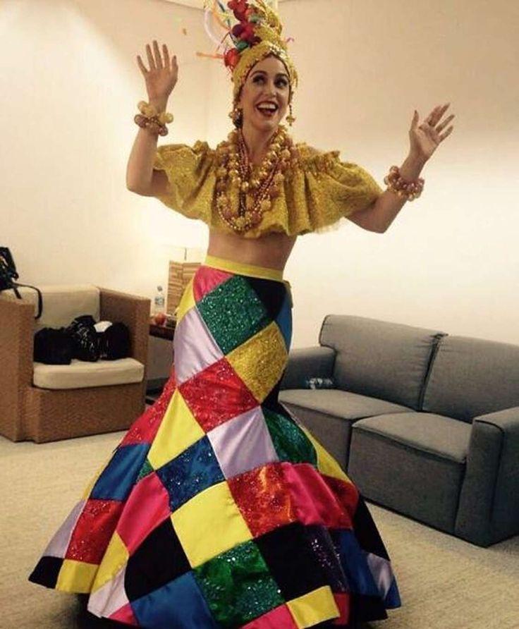 Noticias ao Minuto - Roberta Sá vira Carmen Miranda em encerramento dos Jogos