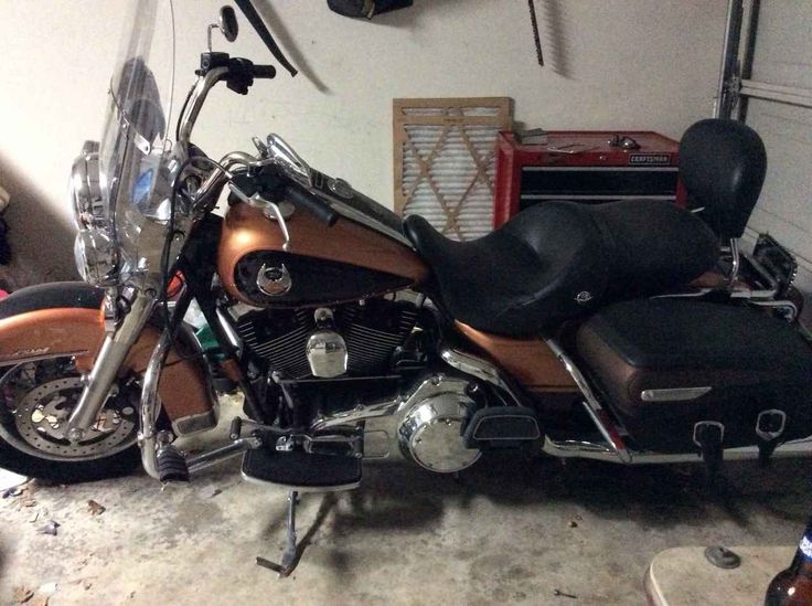 Used 2008 Harley-Davidson ROAD KING ANNIVERSARY EDITION Motorcycles For Sale in Texas,TX. 2008 Harley Road King 105th edition. 22,000 miles. Black and gold, fully loaded with alarm system. Has suitcase for back that detaches.