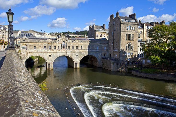 Pultney, Bath, Wielka Brytania, 159 km na zachód od Londynu. Tutejszy Pulteney Bridge nad rzeką Avon jest jednym z czterech mostów na świecie zabudowanych całkowicie z obu stron. Powstał w 1773 roku, a jego nazwa pochodzi od lady Frances Pulteney, której mąż zlecił budowę konstrukcji. Most był później wielokrotnie przebudowywany. Dziś jest jedną z najważniejszych atrakcji Bath.