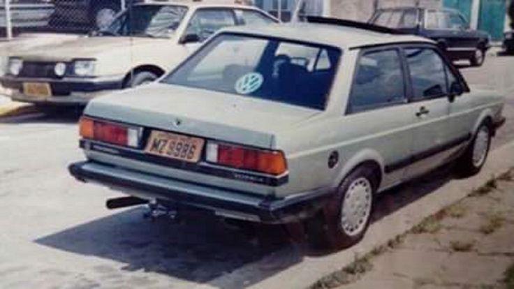 """Volkswagen Voyage Sopave 1.6 1985.  Modificações:  - lanternas traseiras de VW Santana (primeira geração). - friso inferior das lanternas traseiras de VW Santana (primeira geração). - pára-choque dianteiro e traseiro pintados na cor da carroceria. - spoiler dianteiro de VW Gol GT. - teto solar elétrico Karmann-Ghia/Webasto. - engate. -rodas de liga-leve Jolly modelo Mercedes-Benz, aro 14"""". - faróis de milha Cibié Serra II."""