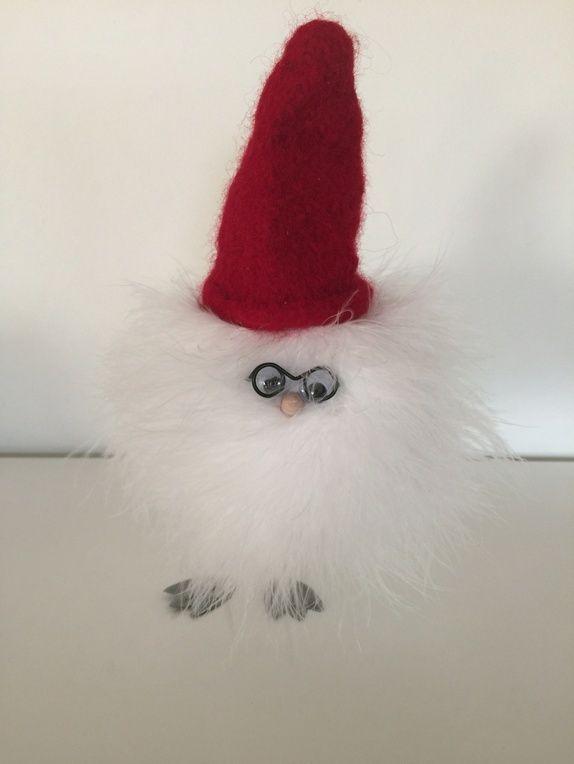 Fluffy Chicken gleder seg til jul! Med hjemmestrikket, tovet nisselue sprer han juleglede og pynter opp i julehuset ditt. Fluffy ...