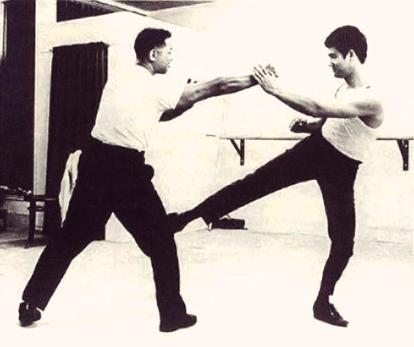 Bruce Lee defending with a Pak Sau and kick. #wingchun