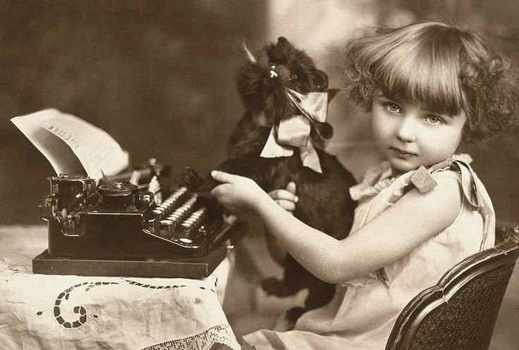 Dziewczynka z pieskiem i maszyną do pisania