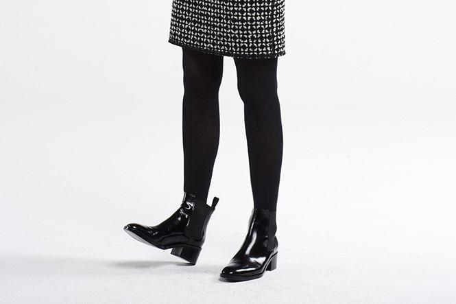 Schwarze Chelsea Stiefel zu Strumpfhose und Winterrock