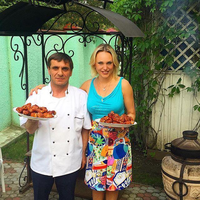 Алла Довлатова, теле-радиоведущая: Добрый день, друзья! И приятного аппетита всем, кто сейчас ужинает! Мы сегодня готовим шашлыки в тандыре. Мне кажется, в тандыре вкуснее, чем на мангале! А может дело в Шашлычнике? Как думаете? #шашлык #тандыр #мангал #шашлычник #выходные #приятногоаппетита
