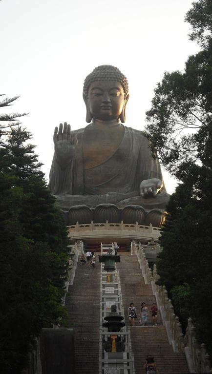 Buddha tempel in Hong Kong. Het was een leuke ervaring om deze tempel te mogen bezoeken. Er waren heel veel trappen. Maar toen we de top bereikten zagen we een hele grote buddha standbeeld.  Ik heb genoten van het wandeling in het park.
