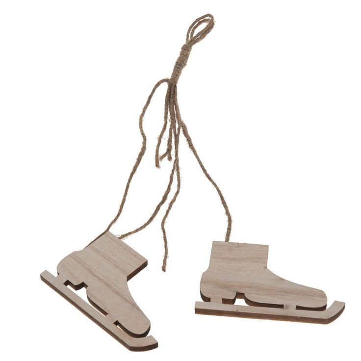 Haal de wintersfeer in huis met deze houten schaatshangers! Ze zijn overal in huis op te hangen aan het karakteristieke touwtje. Leuk voor aan een kast, bed, of in de kerstboom. Ze geven meteen karakter aan uw kamer! Afmeting: 10 x 6 cm - Houten Hangdeco Schaatsen