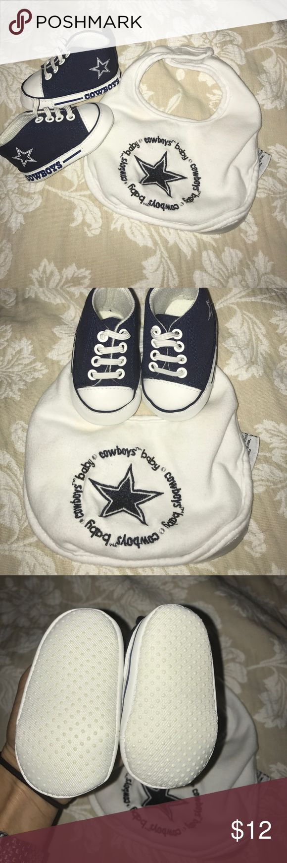 Dallas Cowboys Bib and Baby Shoes Adorable for your mini Dallas fan. Shoes are 0-6 months Shoes