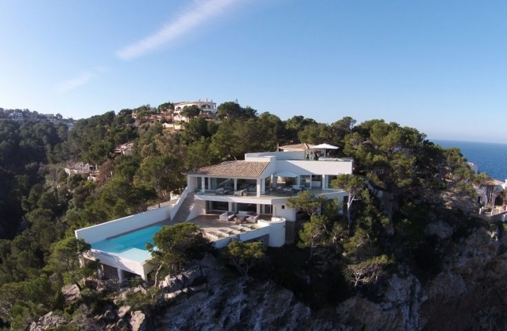 The new owner of this beautiful refurbished and modernized sea view villa will not only be able to enjoy its unique views -over the sea to the island Dragonera