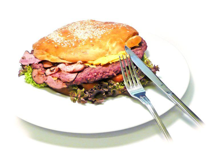 MAXI BURGER v domácí sezamové housce podávaný se steakovými hranolky. #ukastanubranik http://www.ukastanu.cz/branik