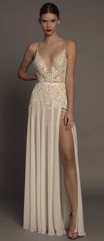 Superb Evening Dresses - Sexy clothes - Derin Yırtmaçlı Göğüs Dekolteli 2018 Abiye Modelleri Bu gece Elbisesi ile seksiliğin cazibe merkezi olacaksınız., nakış ve dantel işlemeli abiye elbiseler davetlerde rahatlıkla kullanabileceğiniz parçaların arasında olabilir.