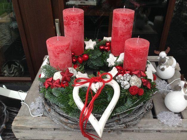 Ein Hingucker..... Grünkranz auf einen Weiden-Unterkranz befestigt. Dekoriert mit durchgefärbten Kerzen in Rot, allerlei Kugeln und verschiedenen Dekomaterialien hübsch angeordnet sowie mit einem...