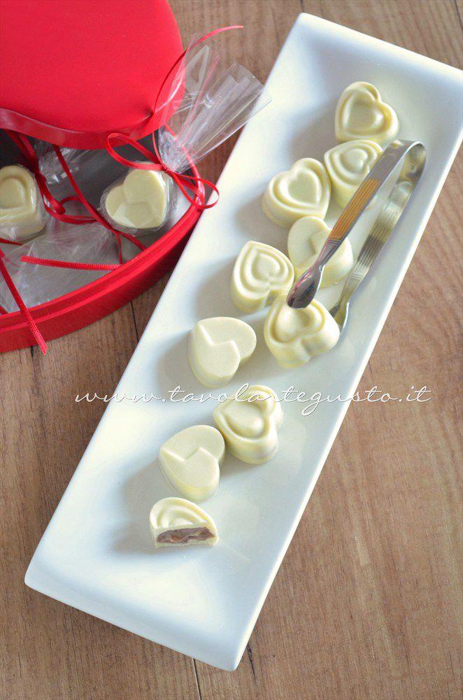 Cioccolatini ripieni - Ricetta Cioccolatini ripieni al cocco o al kinder e nocciole