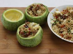ZUCCHINE FARCITE CON INSALATA DI QUINOA E POLLO 5/5 Dividete i pomodorini a pezzetti, tagliate la feta a dadini, le olive a rondelle, i pomodori secchi a pezzi e tritate le erbe aromatiche.
