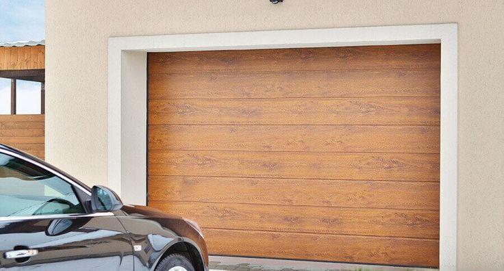 Sektionaltor in Holzoptik mit Mittelsicke Aufteilung und angepasster Woodgrain Oberflächen Struktur. Genau auf Maß gefertigt und mit einem komfortablen Antrieb ausgestattet.