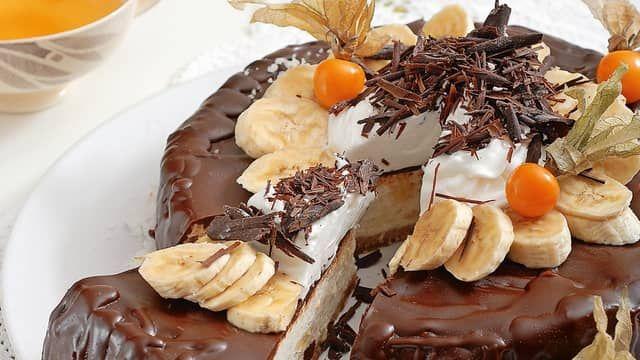 **Banánová tvarohová torta s čokoládovou polevou