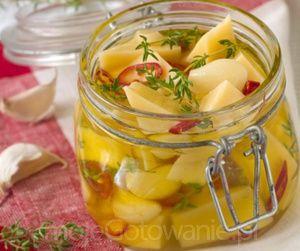 Marynowany ser żółty w oliwie fotolia