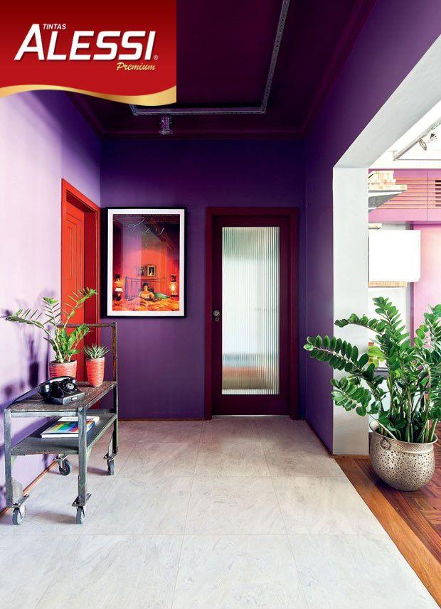 Uma exótica combinação de paredes roxas com porta vermelha.