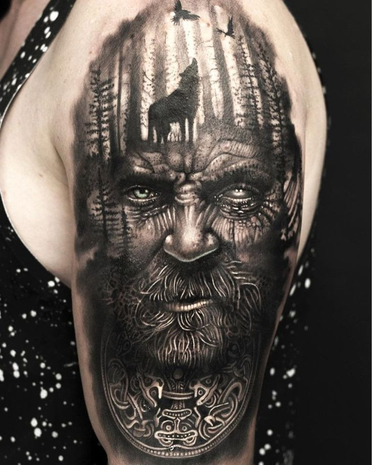 3D Tattoo auf dem Oberarm Odin Wikinger Gott Wolf im Wald und zwei Raben   – Tattoos