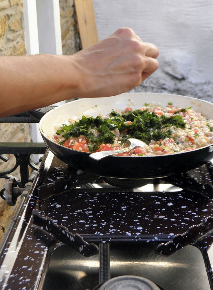 Making stuffed tomatoes at Themelos, Batsi Andros! #cookinglessons #greece #andros