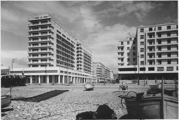 Foce. L'architettura razionalista di via Rimassa e, in primo piano, le barche dei pescatori sulla spiaggia. L'immagine sottolinea la travolgente espansione della città.   (Foto: 1937, Studio Foto Cresta)
