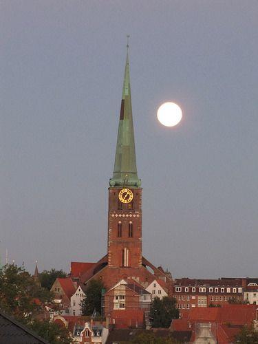 Mond über der Jakobikirche Lübeck | von FrankRath1