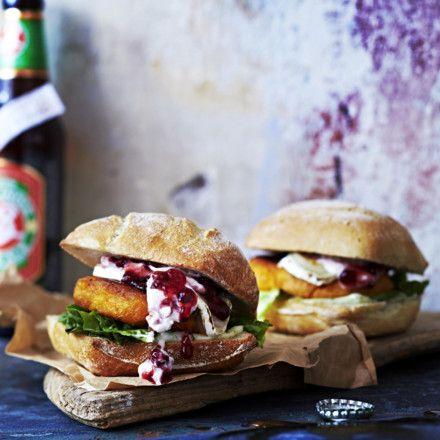 Ziegenkäse-Süßkartoffel-Burger mit Preiselbeeren Rezept