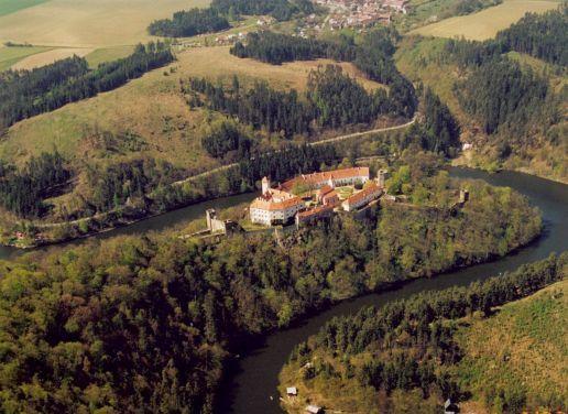 Státní hrad Bítov (sál vycpaných psů), areál Vranovské přehrady
