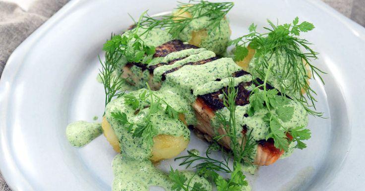 Smörstekt lax som serveras med snabb örtsås och potatis slungad med citron och honung. Om du har färdigkokt potatis tar denna goda rätt max 20 minuter att laga!