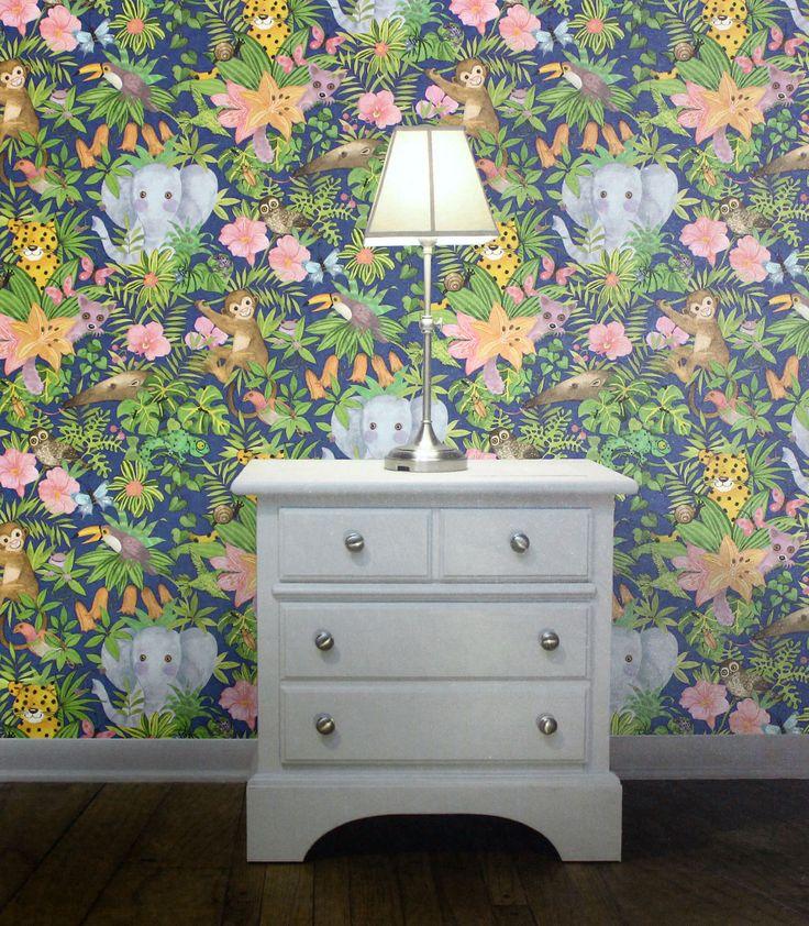 Para quem gosta de cores vibrantes e estampas marcantes, o papel de parede safari é uma ótima opção. Ele deixa o ambiente bastante colorido, e se destaca com móveis neutros. Confira!
