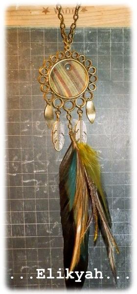 Collier style attrape rêves avec breloques couleur bronze, pendentif fimo, et plumes véritables. Chaine environ 45 cm